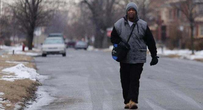 Un homme qui parcourait 30 kilomètres à pieds par jour pour travailler reçoit une Ford Taurus
